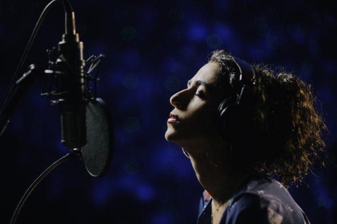 Até onde se sabe, álbum traz parcerias com Silva, Carlinhos e Chico Brown (Foto: Divulgação/Elisa Mendes)