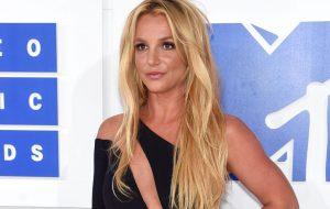 Após 13 anos, pai de Britney Spears decide abrir mão de curatela da cantora