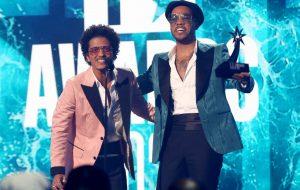 """BET Awards: Silk Sonic faz apresentação surpresa de """"Leave The Door Open"""""""