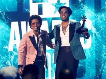O duo, formado por Bruno Mars e Anderson .Paak, venceu o prêmio de Melhor Grupo (Getty Images)