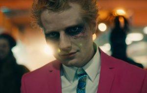 "Ed Sheeran caminha pelas ruas como vampiro no teaser de ""Bad Habits"""