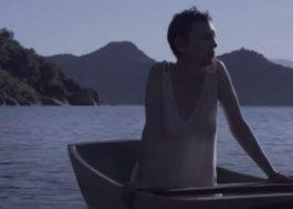 """No mar, Adriana Calcanhotto estreia versão alternativa para o clipe de """"Futuros Amantes"""""""