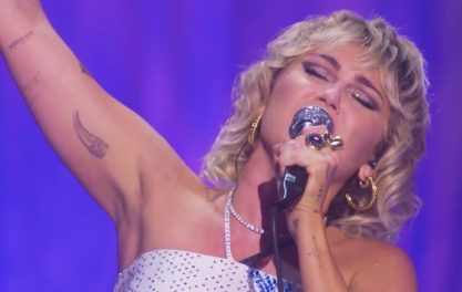 "Miley Cyrus canta ""Believe"", da Cher"
