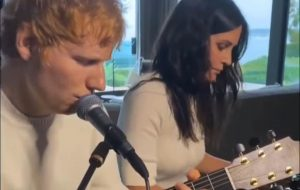 Vem parceria? Ed Sheeran compartilha data misteriosa e vídeo ao lado de Courteney Cox