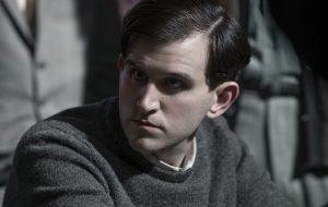 """Harry Melling, de """"O Gambito da Rainha"""", será Edgar Allan Poe em novo filme da Netflix"""