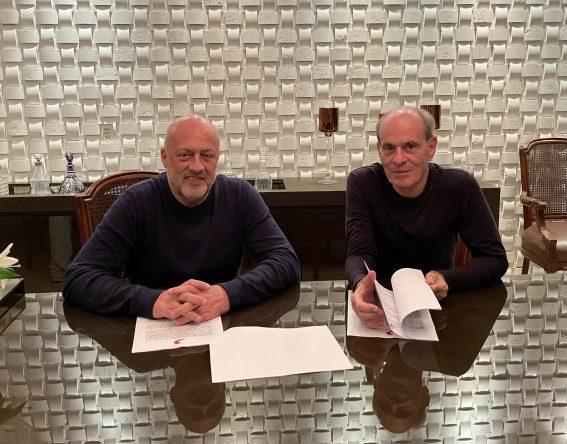 Contrato foi assinado com o Presidente da Sony Music Brasil, Paulo Junqueiro (Foto: Divulgação)