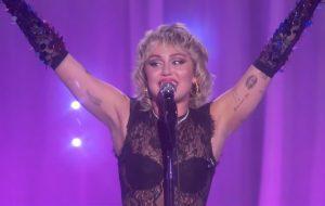 """Miley Cyrus se diverte em prévia de """"Stand by You"""", show comemorativo ao mês do orgulho queer"""