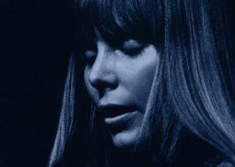 """Joni Mitchell e os 50 anos de """"Blue"""": disco icônico se desdobra em EP com demos e faixas descartadas"""