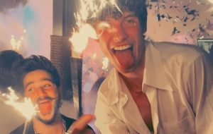 """Camilo traz Shawn Mendes cantando em espanhol no remix de """"Kesi"""""""