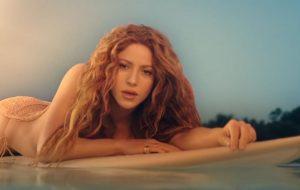 """Shakira pega várias ondas e se joga na dança no clipe de """"Don't Wait Up"""""""