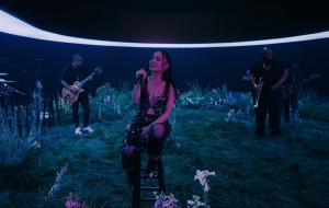 """Ariana Grande emprega vocais poderosos em performance de """"my hair"""""""