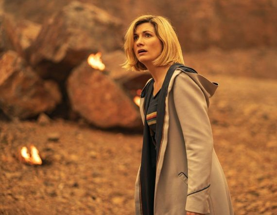 A atriz se tornou a primeira mulher a interpretar o Doutor na franquia (James Pardon / BBC Studios / Divulgação)