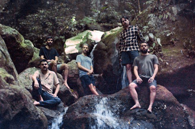Segundo álbum do grupo conta com cinco faixas e múltiplas colaborações (Divulgação)