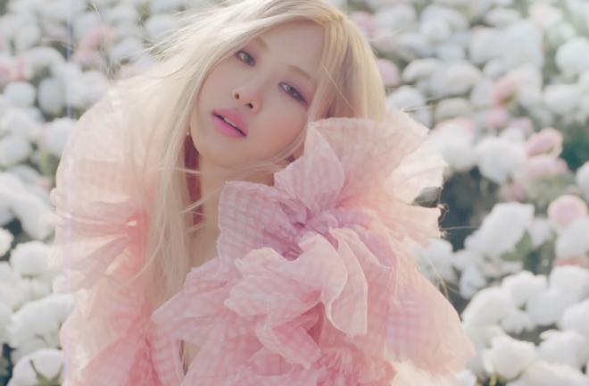 """Em março, cantora fez sua estreia solo com projeto """"R"""" (Reprodução)"""
