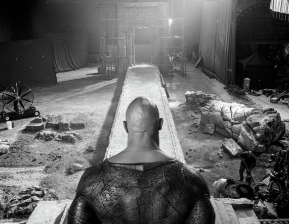 A imagem mostra destruição no set e parte do uniforme do Adão Negro (Reprodução / Instagram)