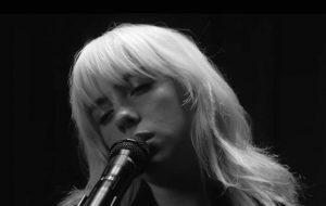 """Billie Eilish apresenta cover e músicas do """"Happier Than Ever"""" no Live Lounge"""