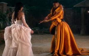 """Camila Cabello e Billy Porter admiram novo vestido em cena de """"Cinderella"""""""