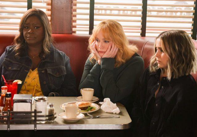 Retta, Christina Hendricks e Mae Whitman estrelam a série (Jordin Althaus / NBC / Divulgação)