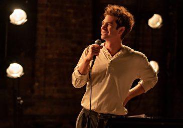 A trama acompanha a juventude do compositor Jonathan Larson, interpretado por Garfield (Divulgação)