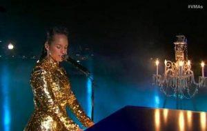 """Deslumbrante, Alicia Keys canta """"LALA"""" e """"Empire State of Mind"""" no VMA"""