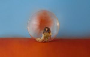 """Alessia Cara lança """"In The Meantime"""", álbum inspirado em dualidades, com clipe de """"Best Days"""""""