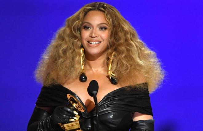 Em 2021, cantora se tornou a artista feminina mais premiada da história do Grammy (Getty Image)