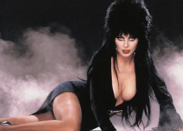 """Cassandra Peterson, estrela de """"Elvira: A Rainha das Trevas"""", fala pela primeira vez sobre namoro com outra mulher"""