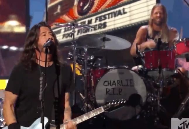 Na bateria, a banda homenageou o falecido Charlie Watts (Reprodução)
