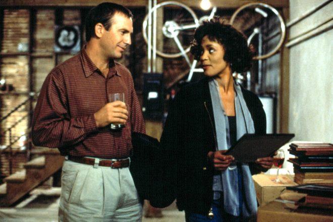 Kevin Costner e Whitney Houston estrelaram o filme original (Foto: Reprodução)