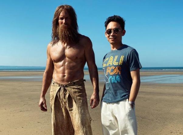Ao lado do diretor, o ator aparece caracterizado como Mestre dos Oceanos (Reprodução / Instagram)