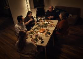 """Steven Yeun e Beanie Feldstein reúnem família no trailer de """"The Humans"""""""