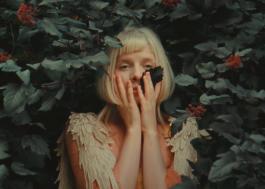 """Aurora dá vida a artes no delicado clipe de """"Giving In To The Love"""""""