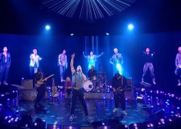 """Coldplay faz performance intergalática de """"My Universe"""" com holograma do BTS"""