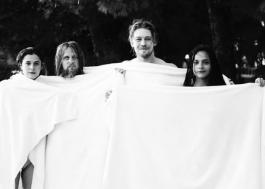 """""""Conversas Entre Amigos"""": Joe Alwyn divulga fotos dos bastidores da série"""