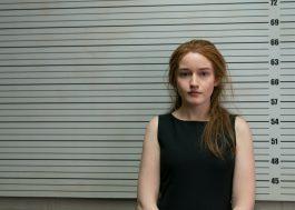 """""""Inventando Anna"""": Netflix libera imagens de série da Shondaland com Julia Garner"""