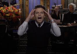 """Rami Malek estreia no """"Saturday Night Live"""" com monólogo sobre vilões e faz paródia de Round 6"""